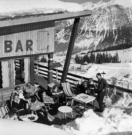 COURCHEVEL 1850 -  A LA TERRASSE DE L'HOTEL DE LA POMME DE PIN - retirage photo Machatschek (1955)