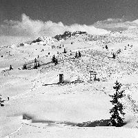 COURCHEVEL 1850 - SUR LES PISTES DE SKI, LE TELSKI DU BIOLLAY - retirage photo Machatschek (1955)