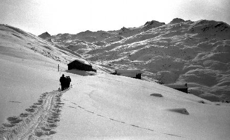 SKIEURS DANS LA VALLEE DES BELLEVILLE - ASCENSION VERS REBERTY - retirage photo originale (ca 1940)