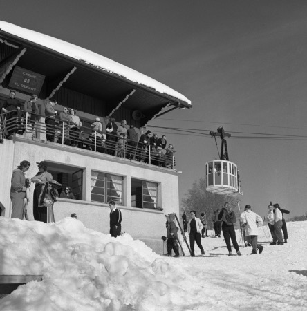MEGEVE - TELEPHERIQUE DU MONT D'ARBOIS, CABINE 26 AU DEPART - retirage photo Machatschek (1951)