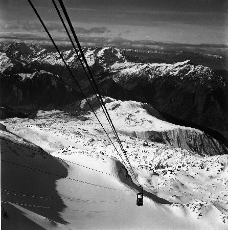 L'ALPE D'HUEZ - LE TELEPHERIQUE NOUS MENE VERS LES HAUTS SOMMETS - retirage photo originale (1964)