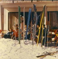 SKIEURS EN TERRASSE - photo originale (ca 1970)
