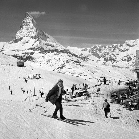 ZERMATT - JOURNEE DE SKI PAISIBLE A RIFFELBERG FACE AU CERVIN - retirage photo Machatschek (1960)