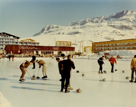 L'ALPE D'HUEZ - MATCH DE CURLING A LA PATINOIRE - photo originale (ca 1968)