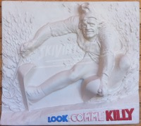 LOOK COMME KILLY - JEAN-CLAUDE KILLY EN DECOR PLASTIQUE - présentoir-décor (ca 1975)