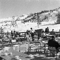 COURCHEVEL 1850 -  A LA TERRASSE DE L'HOTEL DE LA LOZE - retirage photo Machatschek (1955)