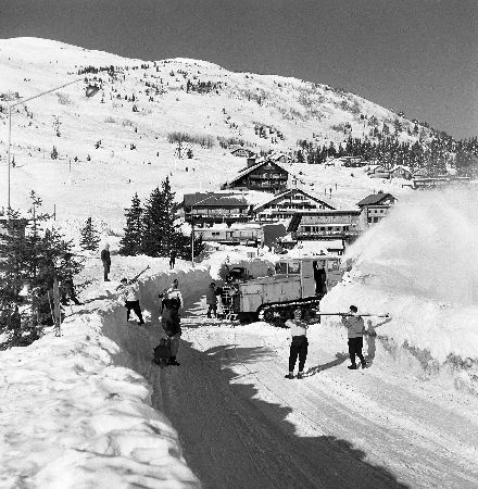 COURCHEVEL - DENEIGEMENT DE LA CROISETTE - retirage photo Machatschek (1955)