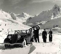 VERS LES JOIES DE LA NEIGE ET DU SKI GRACE A L'AUTOMOBILE - photo originale de Machatschek