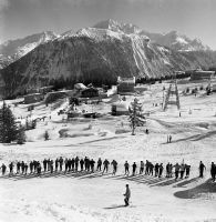 COURCHEVEL 1850 - FILE D'ATTENTE AU TELESKI DE LA LOZE - retirage photo Machatschek (1955)