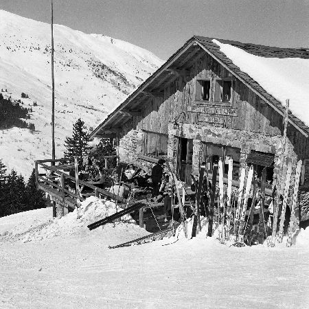 MERIBEL - A LA TERRASSE DU TELEBAR AU CHALET-HOTEL DE L'ADRAY - retirage photo Machatschek (1955)