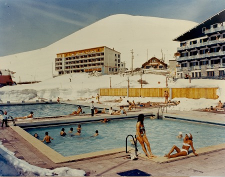 L'ALPE D'HUEZ - LA PISCINE EN HIVER - photo originale (ca 1970)